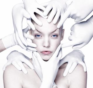"""Carli Hermès titel 'Hands' motivatie """"Doordat steeds meer mensen hun lijf willen perfectioneren, blijft er maar weinig over van het o zo mooie imperfecte."""" feit De afgelopen jaren is de mogelijkheid om aan het uiterlijk iets te veranderen sterk toegenomen. Een op de vijf Nederlandse vrouwen zegt dat ze een cosmetische ingreep overweegt."""