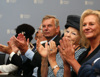 HKH prinses Beatrix bij de opening van de reizende fototentoonstelling Open Je Ogen in Den Haag